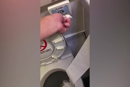 Пассажир неудачно пошутил и сломал туалет на борту самолета