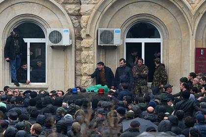 Абхазская оппозиция заблокировала правительственные здания
