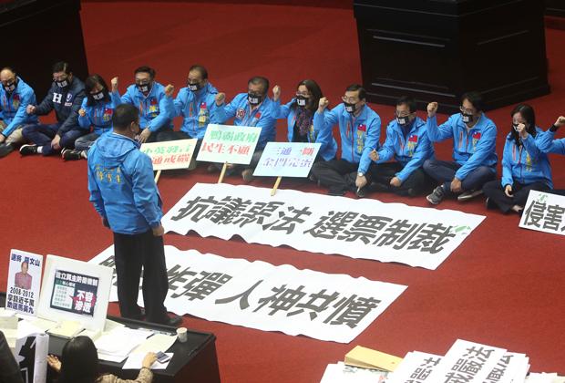 Парламентарии от партии Гоминьдан протестуют против принятия закона о запрете вражеского внешнего влияния на политическую жизнь острова