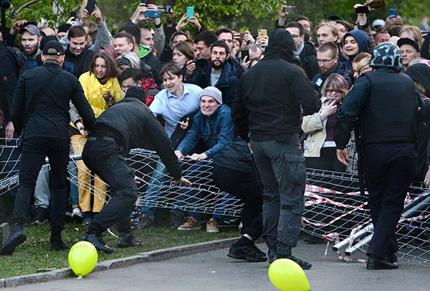 Участники акции протеста против строительства храма Святой Екатерины у театра драмы в Екатеринбурге
