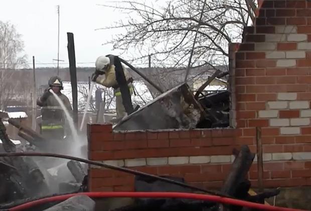 Пожарные тушат дом Натальи Галеевой