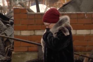 Наталья Галеева у сгоревшего дома