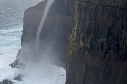 Текущую вверх по горному склону воду сняли на видео