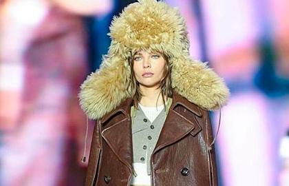 Российская модель вышла на подиум в Милане в шапке-ушанке