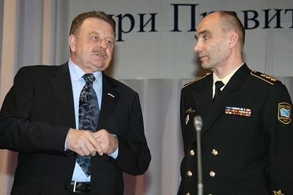 Адмирал Вячеслав Попов (слева)