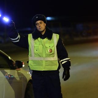 Сотрудник ГИБДД во время рейда по выявлению нарушителей.