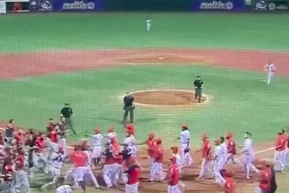 Бейсболист ударил соперника битой и спровоцировал массовую драку