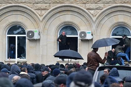 Оппозиционеры штурмуют здание администрации президента Абхазии