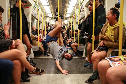 Пассажиры метро массово разделись до трусов ради веселья
