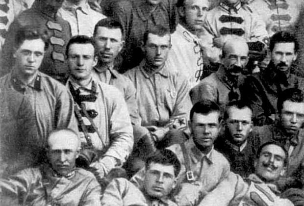 Командир 35-го кавалерийского полка Константин Рокоссовский (в центре) среди участников боев с бароном Унгерном