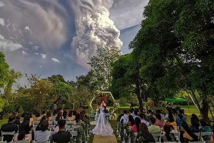 Влюбленные сыграли свадьбу во время извержения вулкана