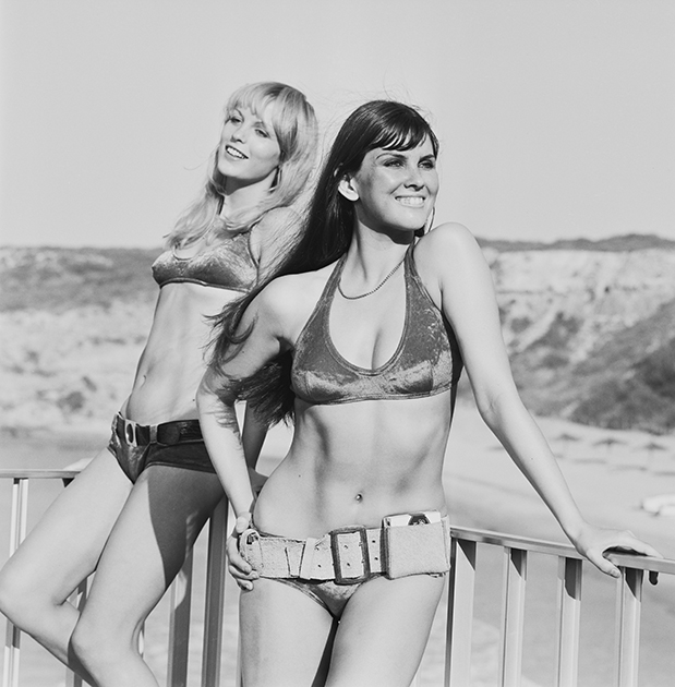 Модели в бикини и ремнях, 1971 год