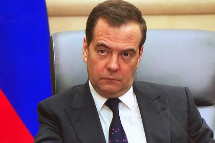 Медведев пришел на работу в галстуке с розовыми лебедями