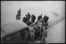 Немецкие солдаты пытаются починить машину. Неаполь, Италия, 1941 год.