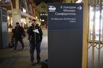 Выбросившую ребенка из купе полуголую россиянку сняли с поезда в Крым