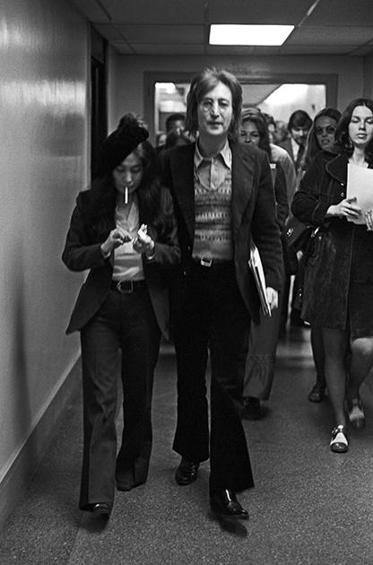 Жена Джона Леннона Йоко Оно в брючном костюме, 1972 год