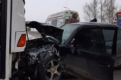 Автобус Росгвардии столкнулся с легковушкой на российской трассе