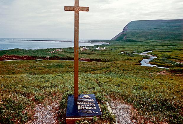 Изначально памятник в месте, где, предположительно, находилась могила великого мореплавателя, был деревянным. Позднее исследователи установили более крепкий монумент и обнаружили останки Беринга. В настоящее время они перезахоронены в бухте Командор на Камчатке, в специально сооруженном мемориале.