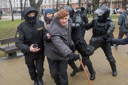 83-летнего белорусского поэта оштрафовали за акцию против интеграции с Россией