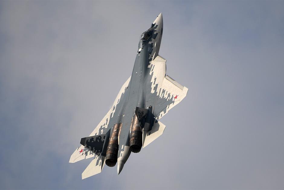 В первой половине текущего года ВКС должны получить первый серийный Су-57 с двигателями первого этапа, которые по своим характеристикам соответствуют истребителям четвертого поколения. В дальнейшем, но не ранее июля 2020 года, Минобороны начнет получать истребители с двигателями второго этапа, характеристики которых уже соответствуют истребителям пятого поколения. В настоящее время двигатель второго этапа, отличающийся от первого повышенной топливной эффективностью и меньшей стоимостью жизненного цикла, проходит летные испытания.