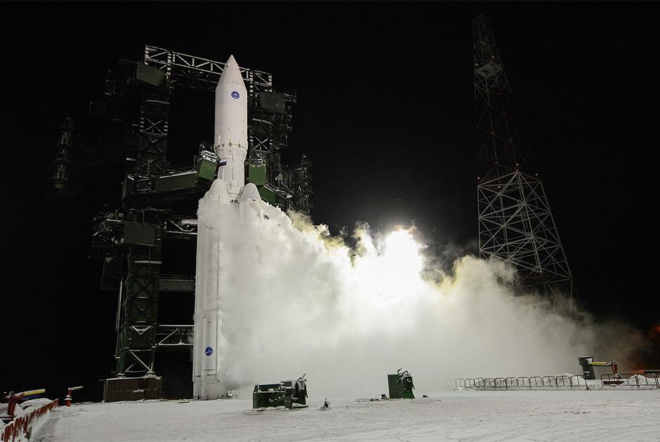 В 2020 году «Роскосмос» пообещал передать Минобороны две тяжелых ракеты «Ангара», пуск которых должен состояться с Плесецка. Одну ракету планируется поставить до конца первого квартала, другую — до конца года. Приоритетной задачей госкорпорация называет не пилотируемую космонавтику, освоение дальнего космоса или дистанционное зондирование Земли, а организацию серийного выпуска «Ангары» на производственном объединении «Полет» (омском филиале московского Центра Хруничева).