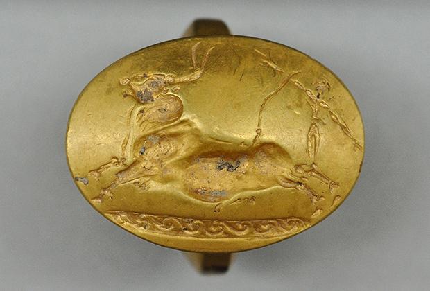 Кольцо с лазуритом и карнелианом, одно из 36 колец, найденных в гробнице фараона Псусеннеса I (1039-991 годы до нашей эры)