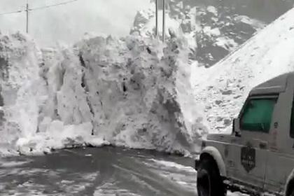 Убегающие от снежной лавины туристы попали на видео