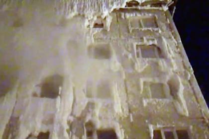 Многоэтажка в российском городе полностью покрылась льдом