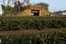 «Это на самом деле очень странно: по всему Тайваню раскиданы многочисленные бункеры, которые являются очевидной приметой войны. Но если вы спросите жителей, что это такое, когда оно было построено и с какой целью, никто не ответит», — отмечает один из исследователей бункеров Чэнь Гомин.
