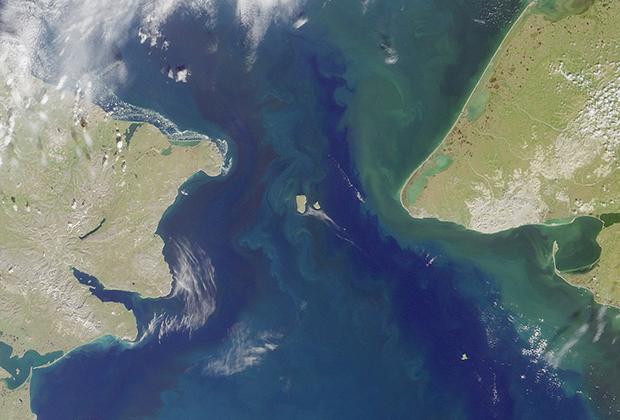 Пролив между Северным Ледовитым и Тихим океанами, который разделяет Азию и Северную Америку, соединяет Берингово море с Чукотским морем и Северным Ледовитым океаном. Наименьшая его ширина — 86 километров, наименьшая глубина фарватера — 36 метров.