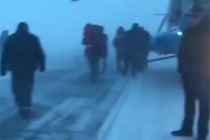Вертолет с российскими вахтовиками аварийно сел на автотрассе из-за метели