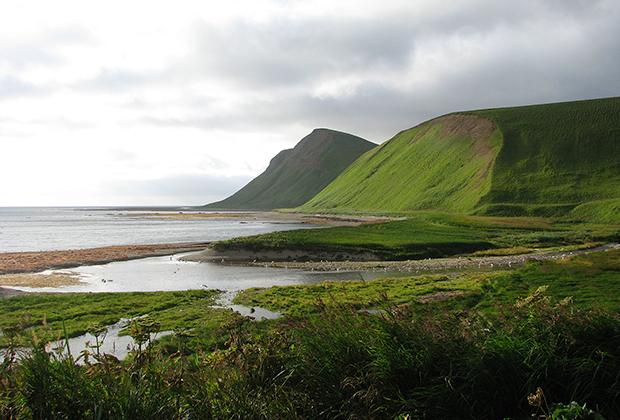 Крупнейший остров в составе Командорских островов, расположен к востоку от полуострова Камчатка. Его длина достигает 90 километров, ширина — 24 километров. Именно здесь находится могила Витуса Беринга и нескольких его соратников.