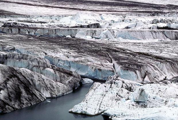 Самый крупный горный ледник в мире, его длина от самого удаленного истока составляет 203 километра, площадь — около 5,8 тысячи квадратных километров. Расположен в горах Чугач на Аляске (Северная Америка). На его территории берут начало несколько рек, а также от него питается на 90 процентов соленое озеро Витус, где, по легендам, водится криптид Витти.
