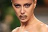 Рот на замок — дизайнер Марина Хоерманседер (Marina Hoermanseder) лишила дара речи не только своих моделей, но и зрителей шоу. В качестве неожиданного украшения она выбрала металлический кляп в виде пряжки, который дополнила аналогичными заколками — еще одним трендом, перекочевавшим из 90-х.