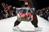 И неважно, что уродливые кроссовки и прозрачные сумки уже вышли из моды. Килиан Кернер привлек внимание к практичности последней — мол, идеальный аксессуар для похода в супермаркет. А главное, как нынче принято— с заботой об окружающей среде. И содержимое сумки, естественно, веганское: фрукты, зелень и водичка. Грета Тунберг ликует!