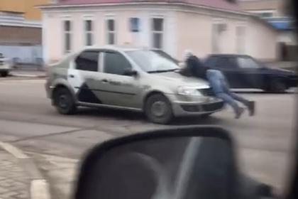 Российское такси проехалось с человеком на капоте и попало на видео
