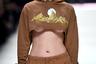 В этом образе берлинский бренд Last Heirs собрал воедино все прошлогодние тренды: и кроп-топ, и треники, и крупные серьги-кольца. Не забыли даже про так называемый underboob. Из-под укороченных худи у моделей была видна обнаженная грудь.