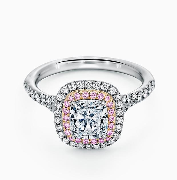 Ирина Шейк в кольце Chopard с изумрудом и бриллиантами, 2018 год