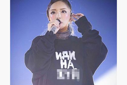 Популярная японская певица вышла на сцену в кофте с русским матом
