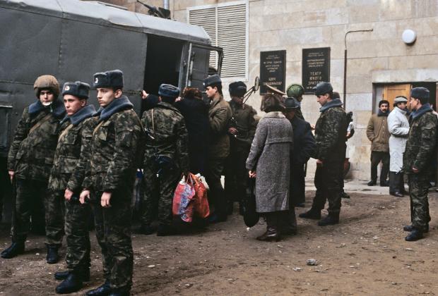 Военнослужащие подразделения внутренних войск МВД СССР занимаются эвакуацией армянских беженцев.
