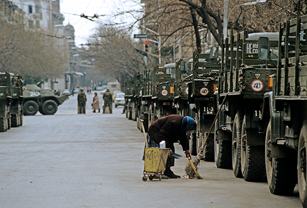 Военное положение в Баку, на улицах города армейские машины.