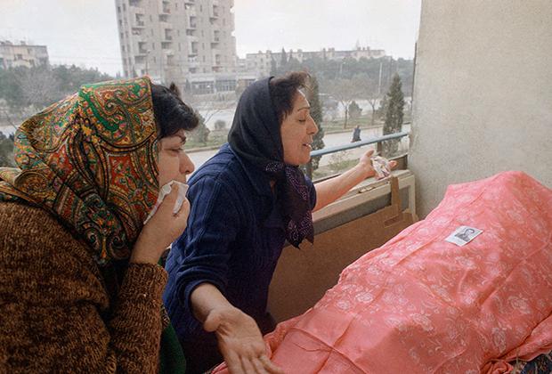 Женщины оплакивают родственника, погибшего в ходе трагических событий в январе 1990 года в Баку.