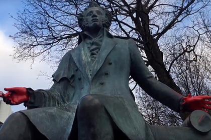 В Минске облили краской памятник Пушкину