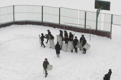 Российских школьников научили разгонять протестующих
