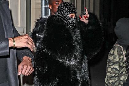 Популярная рэперша появилась в откровенном наряде и маске за тысячи долларов