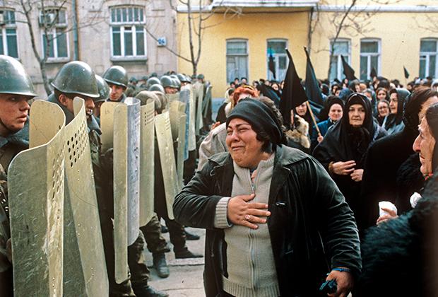 Введение чрезвычайного положения в Баку. Азербайджанские женщины просят солдат не открывать огонь.