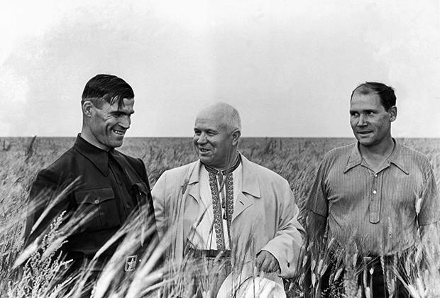 Директор зерносовхоза имени дважды героя Советского Союза И. Павлова Шаробайко, Никита Хрущев и главный агроном Бибанов на колхозном поле в Кустанайской области, 1956 год