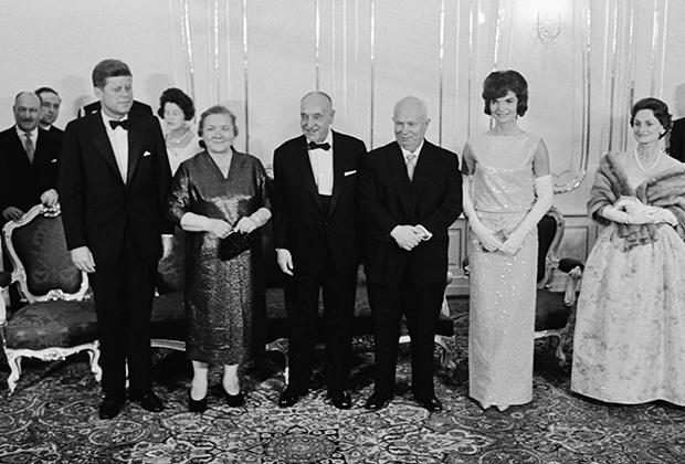 Американский президент Джон Кеннеди, Нина Хрущева, австрийский лидер Адольф Шерф, Никита Хрущев и Жаклин Кеннеди