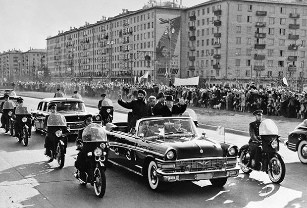 Никита Хрущев и Леонид Брежнев проводят обзорную экскурсию по Москве для кубинского премьера Фиделя Кастро во время его первого визита в СССР, 1963 год