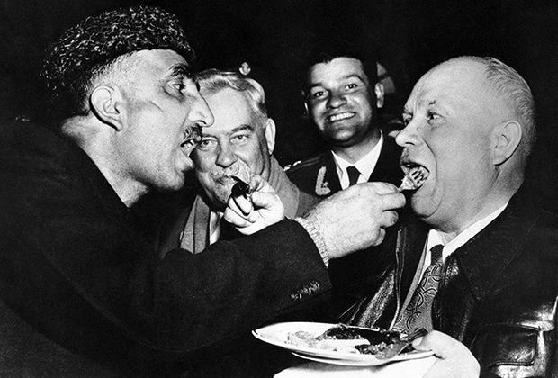 Визит Никиты Хрущева в Индию, 1955 год. Взаимное кормление — обычай высшего кашмирского гостеприимства